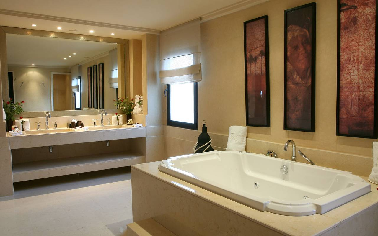 luxury bathroom of the ouarzazi suite