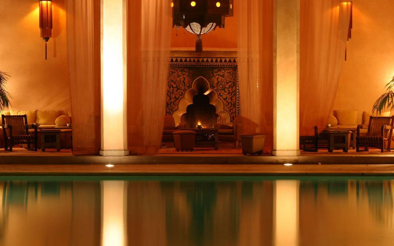 luxueux salon extérieur marocain