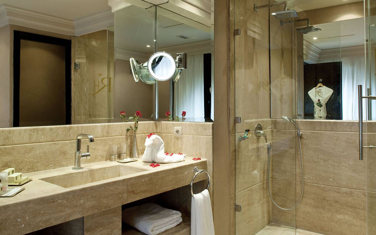 chambres suites hotel de luxe jardins de la koutoubia On salle bain luxueuse
