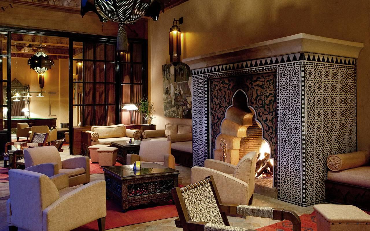Salon marocain avec cheminé traditionnelle