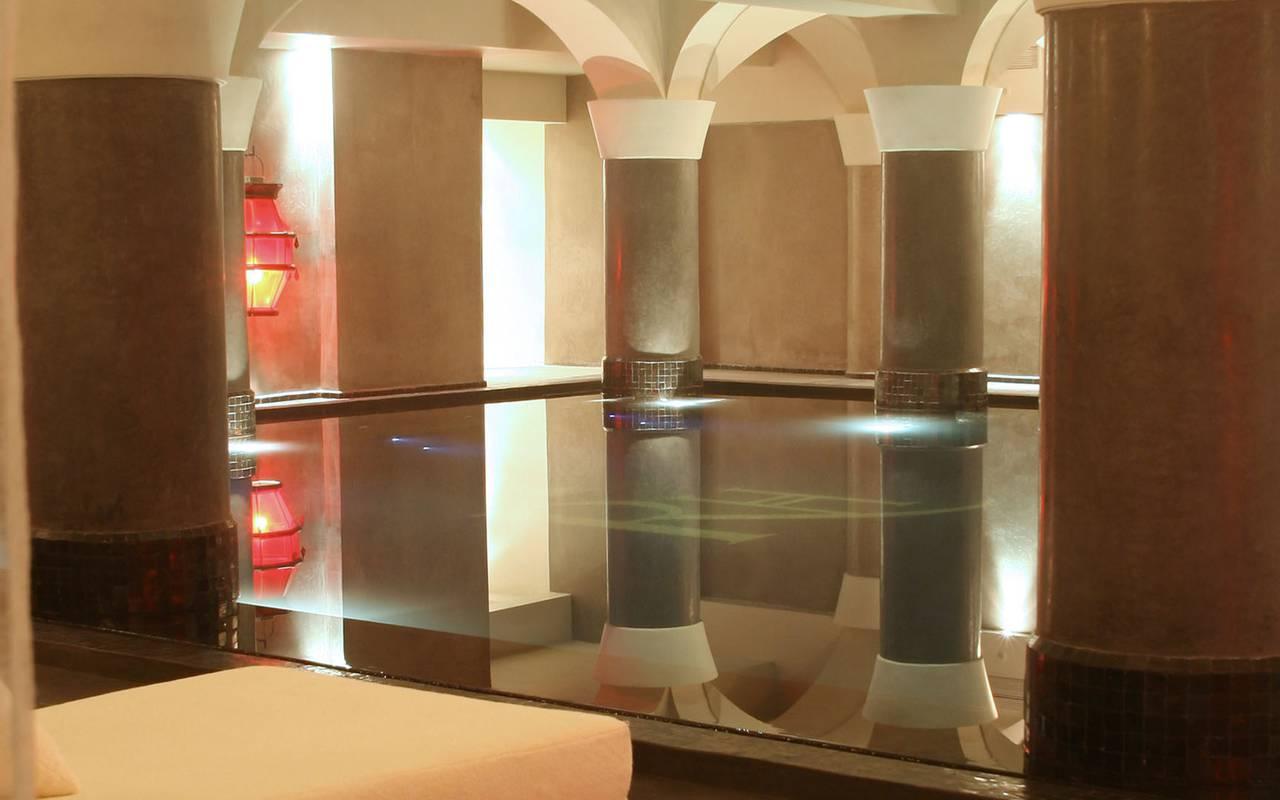 luxueuse piscine intérieure SPA