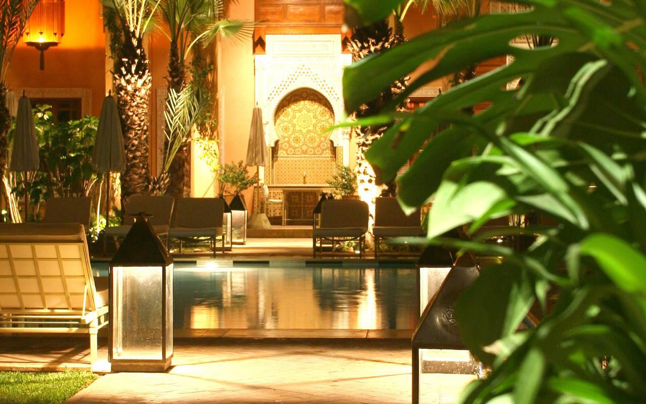 luxuriant patio marocain avec piscine